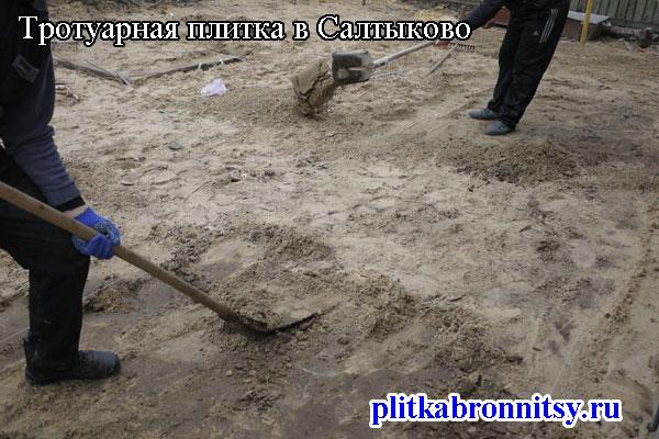 Подготовка грунта для укладки тротуарной плитки (село Салтыково Раменского района Московской области)