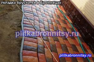 Пример мощения отмостки вокруг дома тротуарной плиткой брусчатка на даче в Бронницах(Раменский район, Московская область)