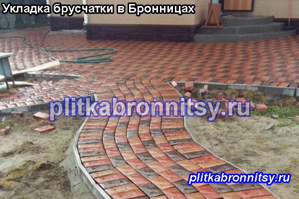 Укладка тротуарной плитки брусчатка у входа на даче в Бронницах (Раменский район, Московская область)