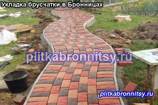 Пример укладки пешеходных дорожек тротуарной плиткой брусчатка на даче в Бронницах(Раменский район, Московская область)