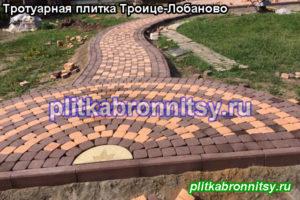 Укладка двухцветной (коричневый-розовый) тротуарной плитки Классика на пешеходной дорожки на даче в селе Троице-Лобаново Раменского района